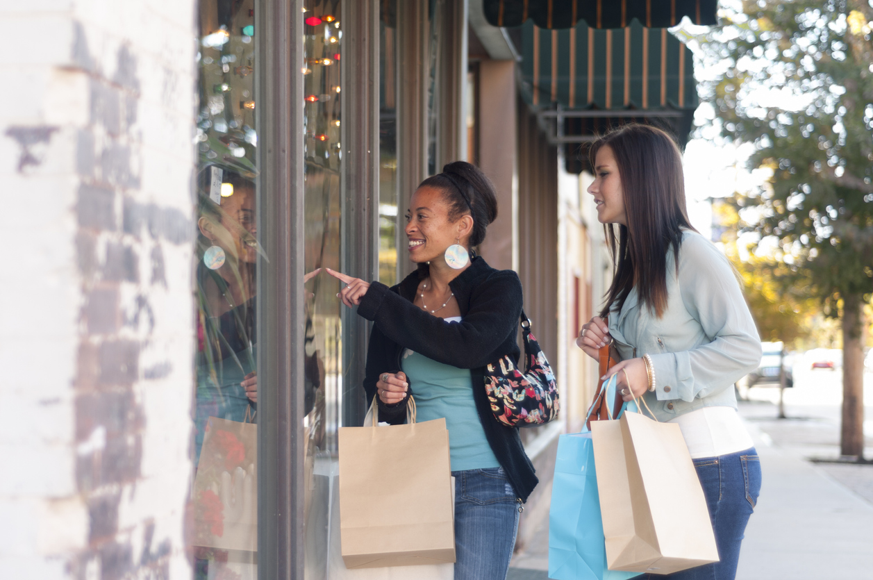 friends shopping together and visiting antique stores | antiquing around Manassas